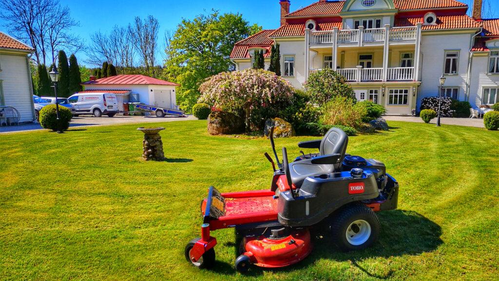 gräsklippning med åkgräsklippare, trimmer och kantskärare.